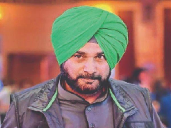 प्रदेश कांग्रेस के नेता नवजोत सिंह सिद्धू की ओर से अपनी ही पार्टी पर उठाए सवालों से प्रदेश के कई नेता नाराज हैं । - Dainik Bhaskar