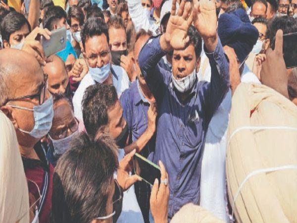 पुलिस अधिकारियों व व्यापारियों की सदर बाजार में हुई तकरार। - Dainik Bhaskar