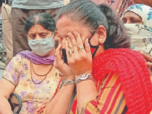 सिटी थाने के समक्ष प्रदर्शन के दौरान विलाप करती युवती की माता। - Dainik Bhaskar