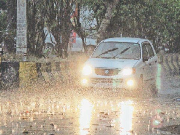 शाम 6.30 बजे हुई बारिश के बीच लाडोवाली रोड से गुजरते हुए लोग। - Dainik Bhaskar