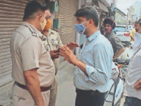 फगवाड़ा गेट में पुलिस फोर्स का विरोध होने के बाद बात करते हुए अमित सहगल। - Dainik Bhaskar