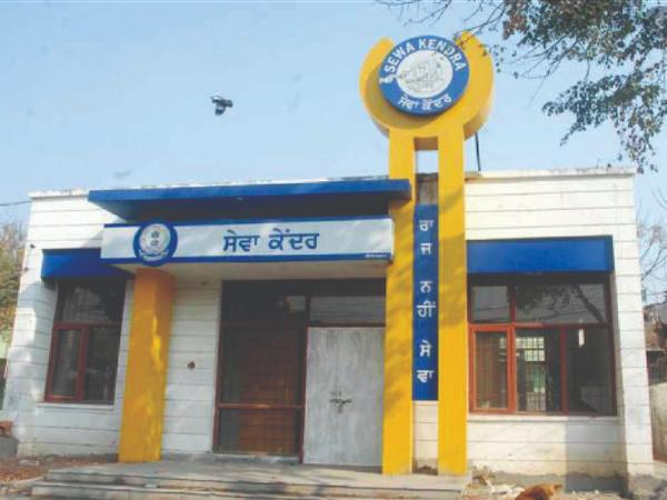 जिले भर में 38 सेवा केंद्र हैं और तहसीलदाराें, नायब तहसीलदारों के हस्ताक्षराें संबंधी राेजाना सेवा केंद्रों पर करीब 500 आवेदन आते हैं। - Dainik Bhaskar