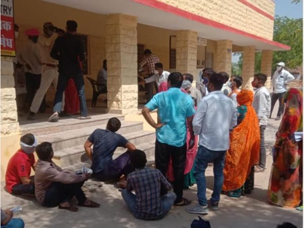 जोधपुर जिले के सालावास स्थित सामुदायिक स्वास्थ्य केन्द्र पर कोरोना सैंपल देने पहुंचे लोग। - Dainik Bhaskar