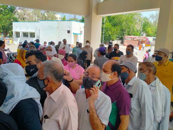 जिला अस्पताल स्थित वैक्सीनेशन सेंटर के बाहर लगी कतारें - Dainik Bhaskar