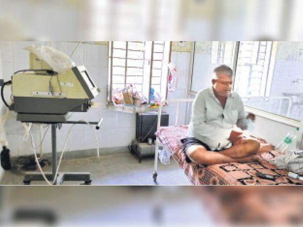 सवाई माधोपुर| सामान्य चिकित्सालय के आईसीयू वार्ड में लगा वेंटिलेटर ऑक्सीजन के अभाव में अनुपयोगी। - Dainik Bhaskar