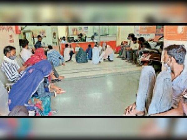 बालेर  बैंक ऑफ बड़ौदा बालेर के अंदर गैर जिम्मेदार ग्राहकों की लापरवाही स्वयं व परिवार के लिए पड़ ना जाए भारी। - Dainik Bhaskar