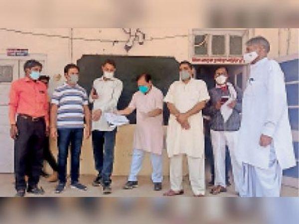 सवाई माधोपुर| बंगाल में हुई घटनाओं तथा जिले की बिगड़ती चिकित्सा व्यवस्था को लेकर ज्ञापन देने आए भाजपा कार्यकर्ता। - Dainik Bhaskar