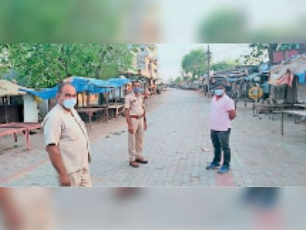 खंडार  कोरोना के संक्रमण की चैन को तोड़ने के लिए कस्बे में हालातों का जायजा लेते पुलिस एवं प्रशासन के अधिकारी। - Dainik Bhaskar