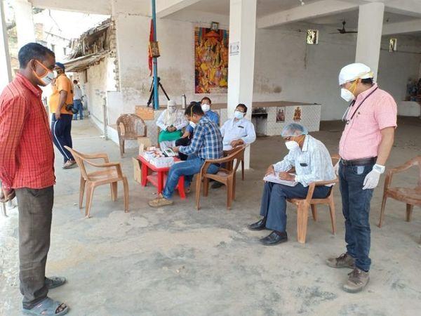 जिला चिकित्सा अधिकारी डॉक्टर प्रमोद महाजन ने कहा कि गांव में डॉक्टरों की टीम तैनात की गई है। घर-घर जांच की जा रही है।