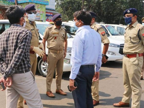 मेरठ में लॉकडाउन का सख्ती से पालन कराने के लिए सड़क पर उतरे अधिकारी।
