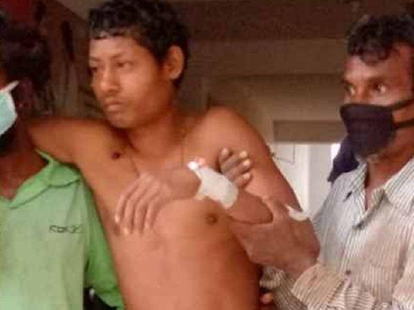 गंभीर रूप से घायल हुए पुत्र सुरजन और बेटी बुध्दी को प्राथमिक उपचार के बाद जिला अस्पताल बैकुंठपुर रेफर किया गया है।