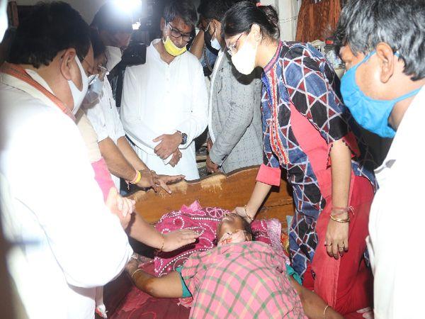 हिंसा में घायल कार्यकर्ताओं से मुलाकात के लिए भाजपा के राष्ट्रीय अध्यक्ष जेपी नड्डा अस्पताल पहुंचे। हिंसा के विरोध में उन्होंने कोलकाता में धरना भी दिया।