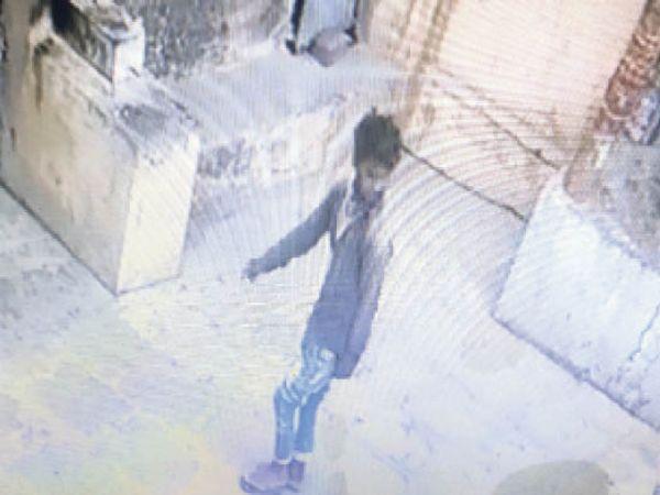 सीसीटीवी फुटेज में कैद चोर। - Dainik Bhaskar