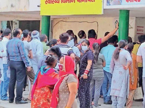 पानीपत. सिविल अस्पताल में वैक्सीन लगवाने के लिए लगी लाइन। - Dainik Bhaskar