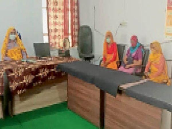 बौंली कोडयाई में बैठक में चर्चा करती सरपंच - Dainik Bhaskar
