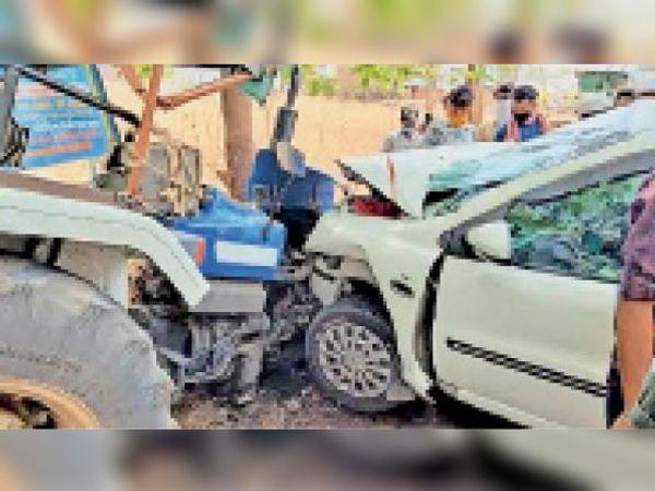 दुर्घटनाग्रस्त कार व ट्रैक्टर। - Dainik Bhaskar