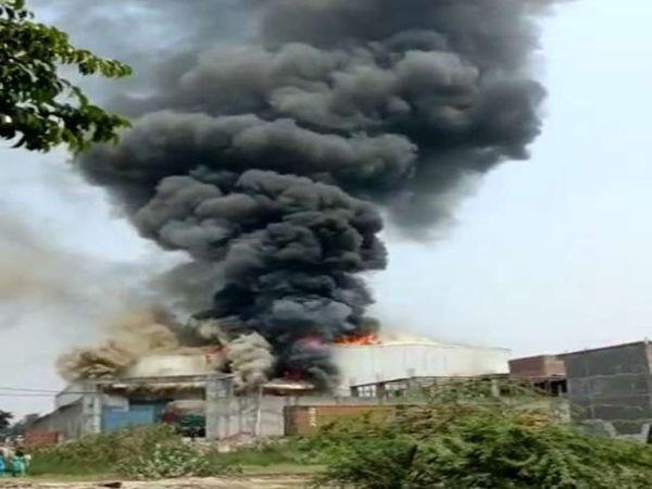 प्रोसेसिंग यूनिट में आग लगने से उठता धुंआ। - Dainik Bhaskar
