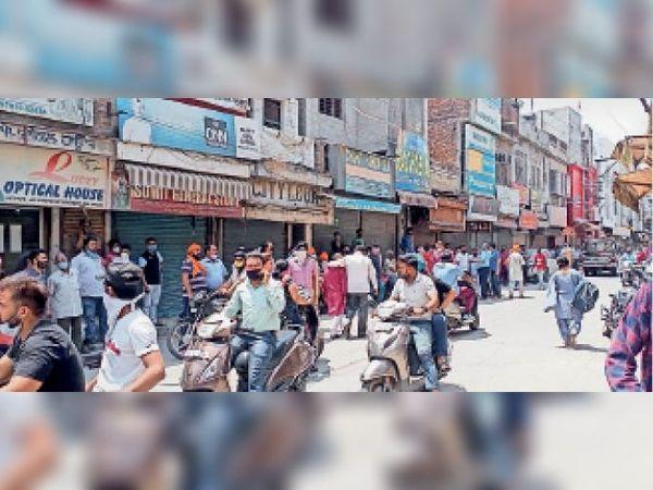 सरकार की ओर से जारी कोरोना हिदायत का उल्लंघन करते हुए बाजार में बिना मास्क घूमते लोग। - Dainik Bhaskar