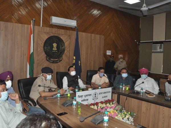 जालंधर के जिला प्रबंधकीय कांप्लेक्स में अफसरों से बैठक करते सांसद चौधरी संतोख सिंह। - Dainik Bhaskar