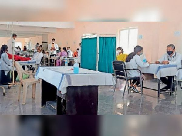 मेडिकल कॅालेज में अंतिम वर्ष के छात्र जो पास होकर डॉक्टर बन गए हैं। - Dainik Bhaskar