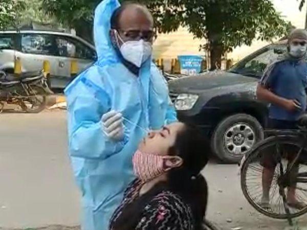 मकसूदां सब्जी मंडी के एंट्री गेट पर महिला का कोरोना टेस्ट करता सेहतकर्मी। - Dainik Bhaskar