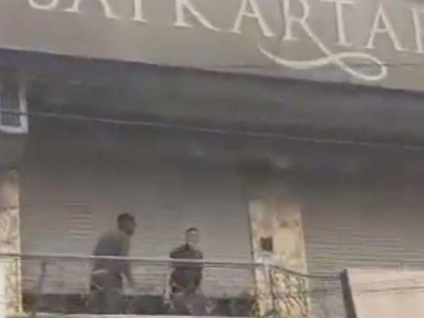 पुलिस के पहुंचने पर इस तरह निकलकर भागे थे ग्राहक। - Dainik Bhaskar