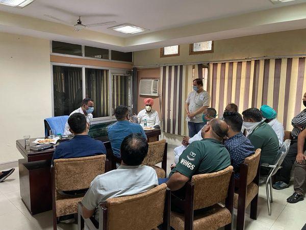 मार्केट कमटी अफसरों व आढ़तियों से बैठक करते SDM हरप्रीत अटवाल। - Dainik Bhaskar