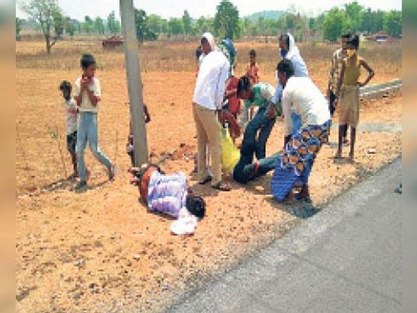 बरवाडीह में घायलों को इलाज के लिए ले जाते ग्रामीण। - Dainik Bhaskar