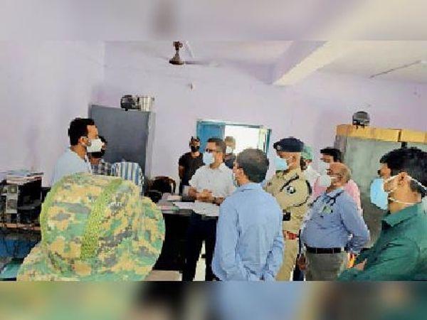 बीकोठी पीएचसी में निरीक्षण करते डीएम, अनुमंडल पदाधिकारी धमदाहा औरं अन्य पदाधिकारी। - Dainik Bhaskar