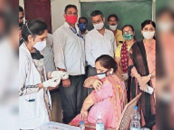 शिवालिक सीनियर सेकेंडरी स्कूल में लोगों को वैक्सीन लगाई गई। - Dainik Bhaskar