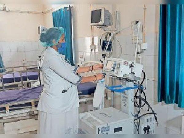 सदर अस्पताल के आईसीयू वार्ड में काम करती सोनी - Dainik Bhaskar