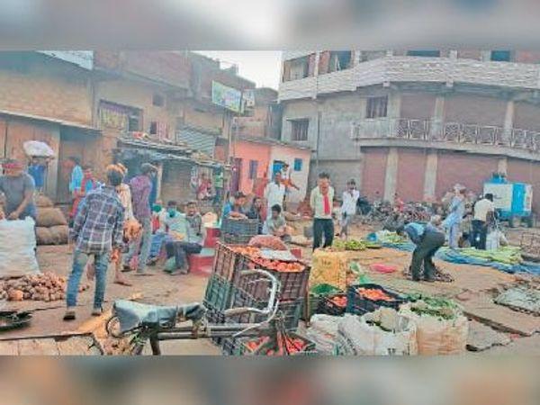 सावधानी जरूरी: शहर के बीच खैरा मोड पर सब्जी मंडी में बिना मास्क पहुंचे लोग। - Dainik Bhaskar