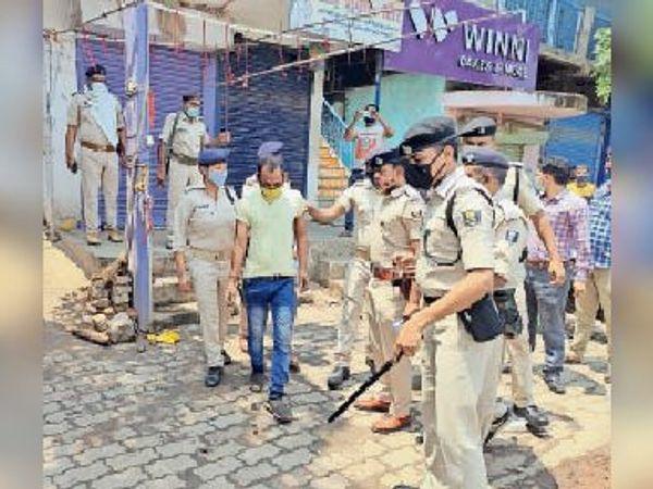 लाॅकडाउन के नियम का उल्लघंन करने पर युवक काे गिरफ्तार करती पुलिस। - Dainik Bhaskar