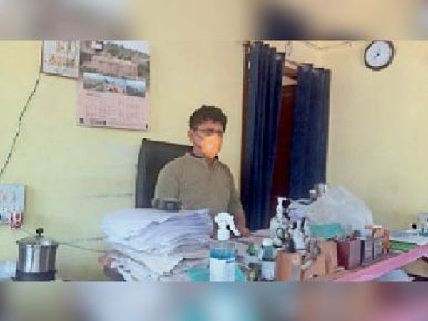 काम निपटाते कार्यपालक अभियंता एसएस दयाल। - Dainik Bhaskar