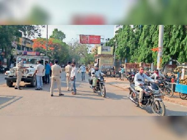 सड़क पर उतरी पुलिस। - Dainik Bhaskar