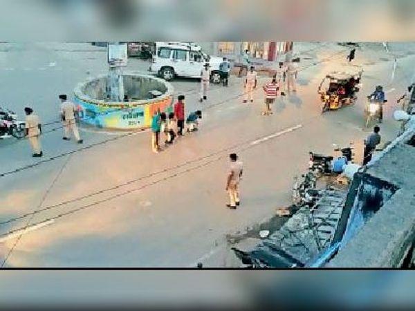 महावीर चौक पर शुक्रवार की शाम बेवजह सड़कों पर घूम रहे मनचलों से उठक-बैठक कराती पुलिस। - Dainik Bhaskar