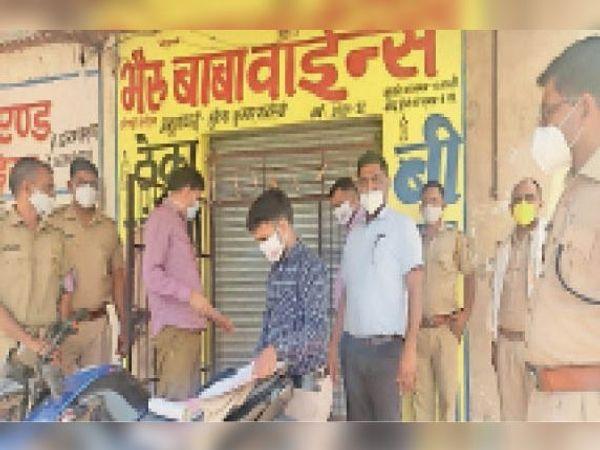 खेतड़ीनगर, हरड़िया में शराब ठेके को सीज करते अधिकारी। - Dainik Bhaskar