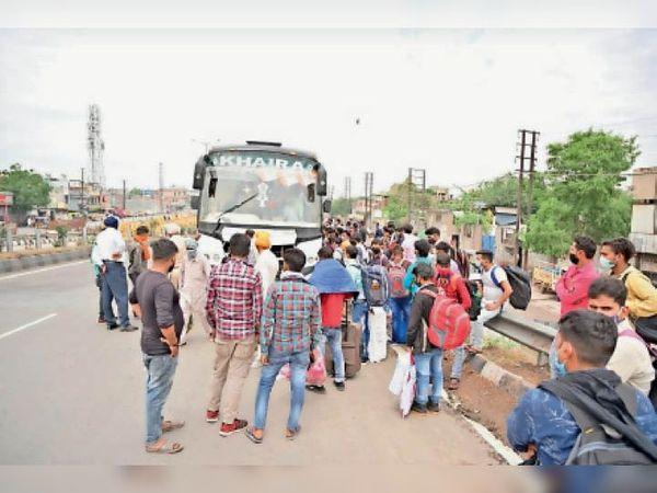 बस स्टैंड के पास बसों से गांव जाने के लिए जुटे मजदूर। - Dainik Bhaskar