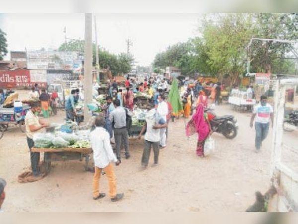 गिल रोड पर लगी सब्जी मंडी में लगी लोगों की भीड़। - Dainik Bhaskar