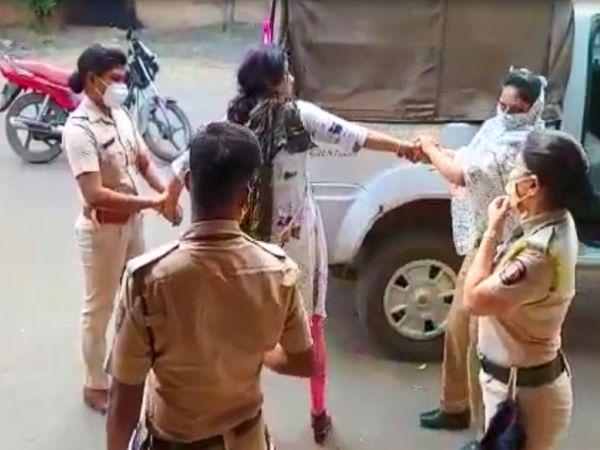 महिला ने पुलिसकर्मियों पर हाथ भी उठाया।
