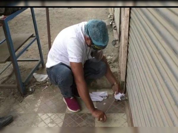 गांधीगंज में न्यु सुपर बाजार को सील करते प्रशासनिक कर्मचारी - Dainik Bhaskar