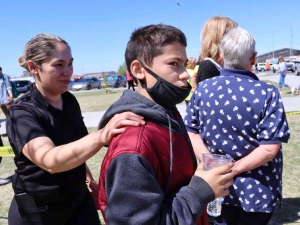 यह तस्वीर घटना के बाद की है। इसमें नजर आ रही महिला का नाम एडेला रोड्रिगुएज हैं। इसमें वह अपने 12 साल के बच्चे येंडल रोड्रिगुएज के साथ नजर आ रही हैं। येंडल रोड्रिगुएज इसी स्कूल का छात्र है और घटना के दौरान वहीं पर मौजूद था।