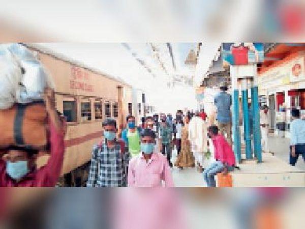 पुणे से आई ट्रेन से उतरे यात्री बिना जांच के ही चले गए गंतव्य की ओर।