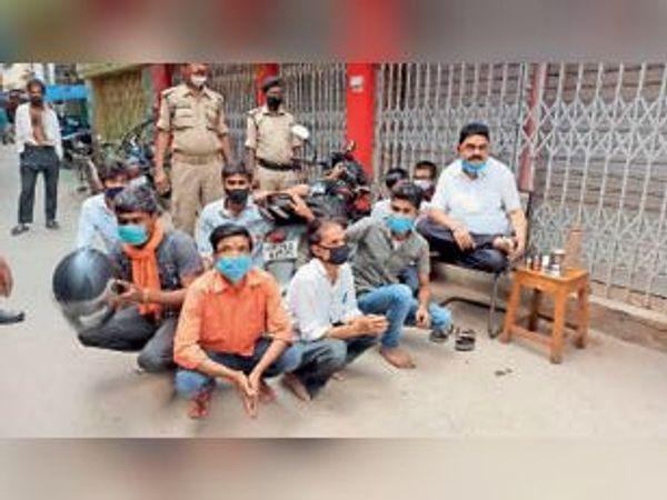 लॉकडाउन का उल्लंघन करने के मामले में गिरफ्तार दुकानदार - Dainik Bhaskar