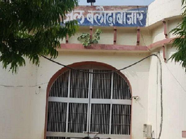 जेलर अभिषेक मिश्रा ने बताया कि अन्य कैदियों को आइसोलेट कर दवाएं दी जा रही हैं। - Dainik Bhaskar