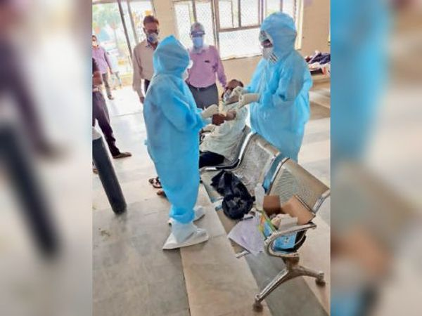 कोविड केयर सेंटर में मरीजों का निरीक्षण करते सीएस। - Dainik Bhaskar