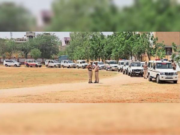फ्लैग मार्च के लिए पुलिस लाइन में कतारबद्द खड़ी गाड़ियां। - Dainik Bhaskar