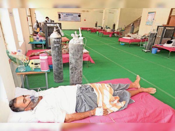 बाड़मेर, बायतु मुख्यालय पर बने 100 बेड के कोविड अस्पताल में भर्ती मरीज। फोटो: नरपत रामावत। - Dainik Bhaskar