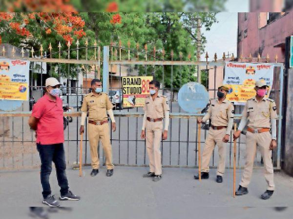 काशीपुरी में गेट के बाहर पहरा देते हुए पुलिसकर्मी। - Dainik Bhaskar