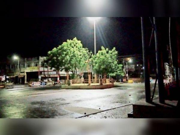 बाड़मेर, गुरुवार रात बारिश के बाद रेलवे स्टेशन पर भिगी सड़क। - Dainik Bhaskar